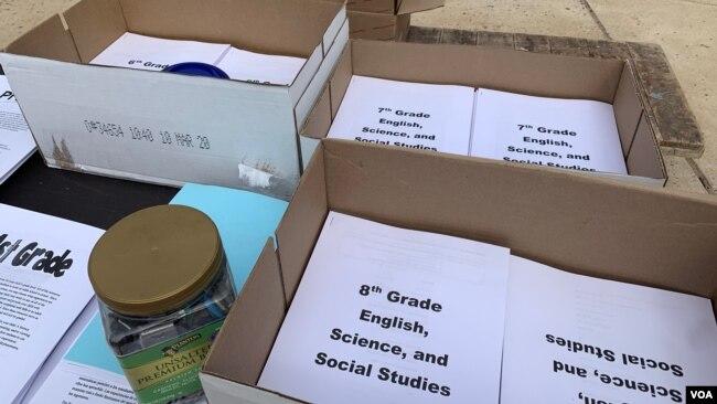 Estudiantes recogen material educativo tras cierre de escuelas por coronavirus.