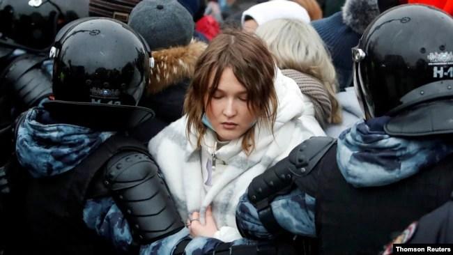 在莫斯科抗议的纳瓦利尼的支持者被警察逮捕。(路透社照片)