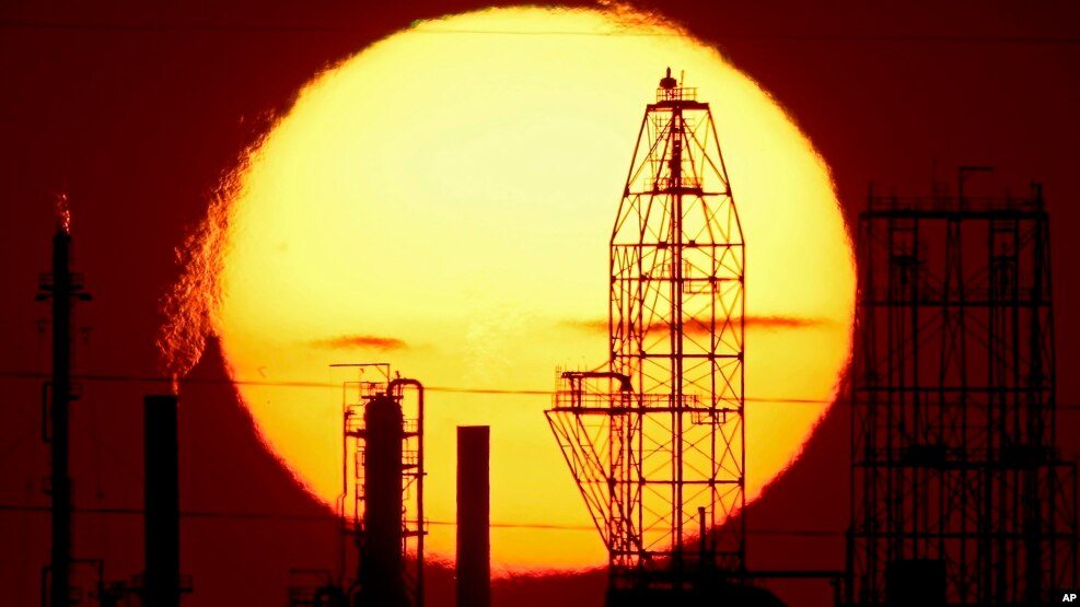 Suasana saat matahari terbenam di kilang minyak milik Asosiasi Kerjasama Kilang Minyak Nasional di McPherson, Kan (19/8).