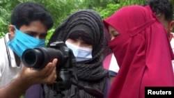 Para pengungsi Rohingya belajar fotografi di kamp pengungsi Rohingya di Bangladesh (foto: Reuters).
