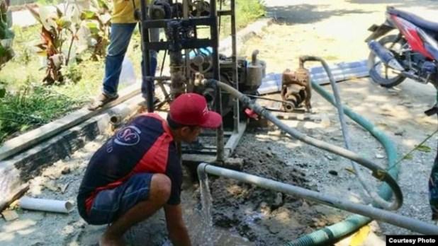 Sumur bor yang dibuat oleh Kementerian ESDM di lokasi pengungsian bencana gempa dan tsunami di Palu. (Courtesy: Facebook Ignasius Jonan).