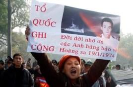 Nhiều biểu ngữ tri ân sự hy sinh của những chiến sĩ Việt Nam Cộng Hòa trong trận hải chiến năm 1974.