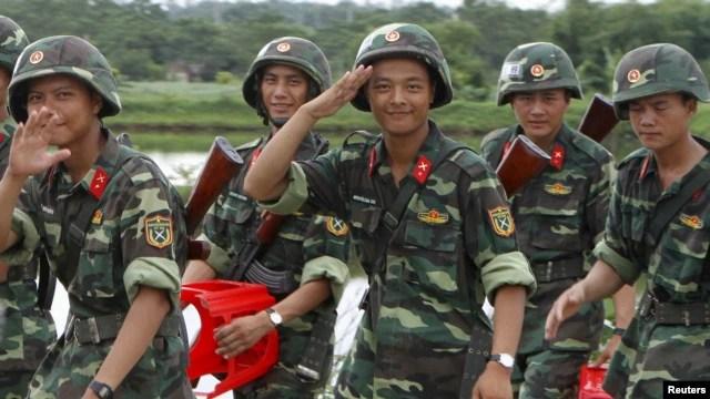 Binh sĩ Việt Nam trở về sau buổi tập dượt chuẩn bị cho cuộc diễu hành kỷ niệm lần thứ 70 ngày Quốc khánh 2/9 tại một căn cứ quân sự ở Hòa Lạc, ngoại ô Hà Nội.