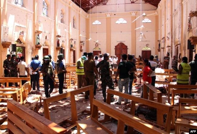 Fuerzas de seguridad de Sri Lanka inspeccionan la iglesia de San Sebastián, en Negombo, al norte de Colombo la capital de la nación, luego de una explosión el Domingo de Pascua, 21 de abril de 2019.