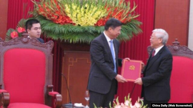 Ông Tống Đào trao cho ông Trọng thư chúc mừng của Tổng bí thư kiêm Chủ tịch Trung Quốc Tập Cận Bình.