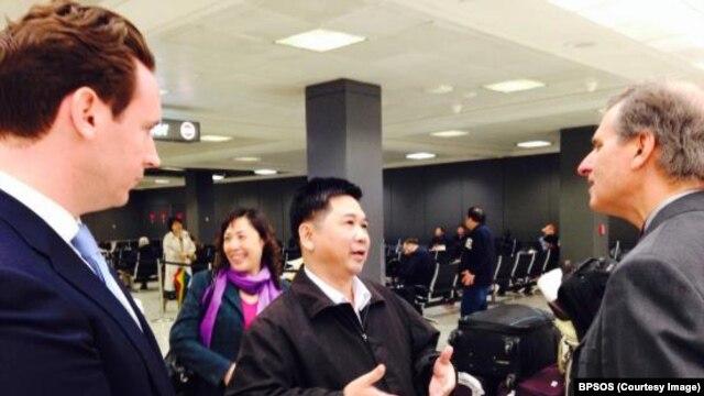 Ông Vũ đã được tiến sỹ Nguyễn Đình Thắng cùng với các nhà ngoại giao Mỹ, trong đó có ông Scott Busby, Phó trợ lý Ngoại trưởng Mỹ đặc trách về Dân chủ, Nhân quyền và Lao động, đón tại sân bay khi luật sư bất đồng chính kiến này đặt chân tới Hoa Kỳ.