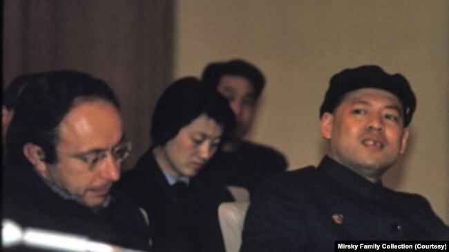 梅兆赞(左一)在1972年那次去到中国的行程中还见到了姚文元(右一)等中共官员(梅兆赞提供)