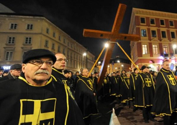 Creyentes en Varsovia, Polonia, llevan la Cruz durante la procesión del Viacrucis en Viernes Santo. Foto AP.