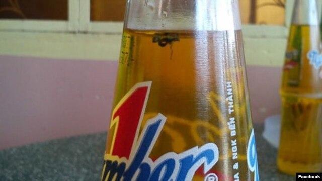 Hình ảnh chai nước ngọt có ruồi được đưa lên mạng xã hội (ảnh: Facebook).