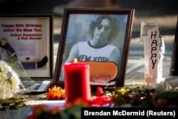 "Tugu peringatan mendiang mantan anggota Beatle John Lennon terlihat di mosaik ""Imagine"" di bagian Strawberry Fields di Central Park untuk menandai ulang tahun ke-80 Lennon, di New York City, AS, 9 Oktober 2020. (Foto: REUTERS/Brendan McDermid)"