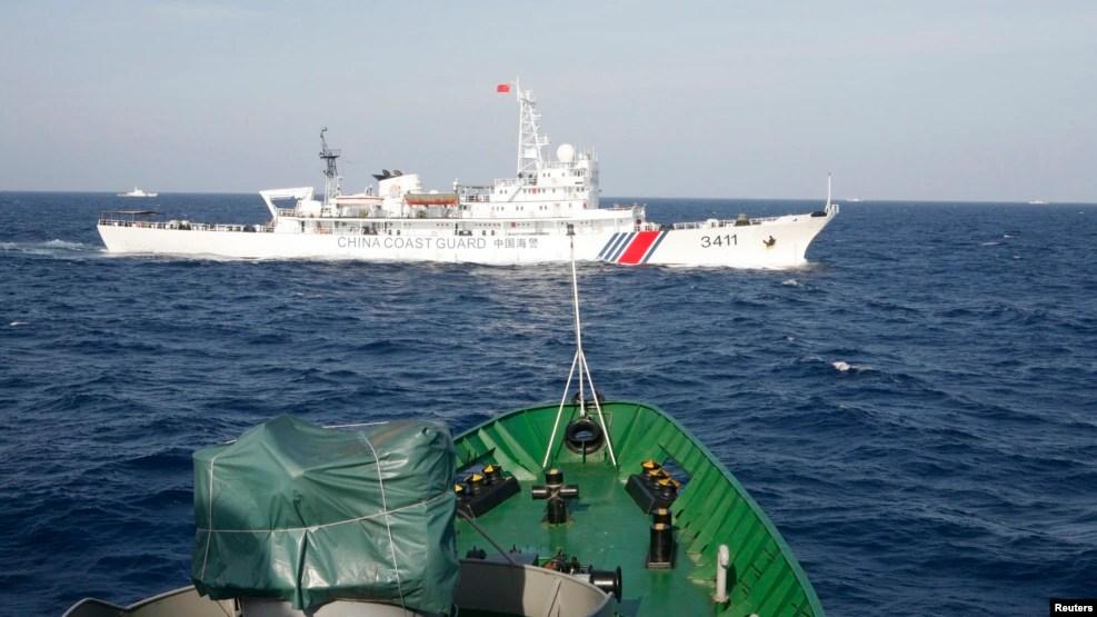 """Tàu tuần duyên Trung Quốc và Việt Nam """"vờn"""" nhau trên biển Đông hồi giữa năm 2014, khi quan hệ hai nước trở nên căng thẳng vì giàn khoan dầu HD 981."""
