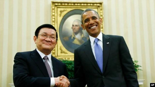 Tổng thống Mỹ Barack Obama bắt tay Chủ tịch nước Việt NamTrương Tấn Sang tại Phòng Bầu dục Tòa Bạch Ốc, ngày 25/7/2013. Cuối năm nay, Tổng thống Hoa Kỳ Barack Obama sẽ có chuyến công du tới châu Á và muốn nhân dịp đó để kết thúc việc thương lượng TPP.