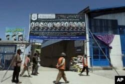 Foto-foto siswa yang terbunuh dari Sekolah Syed Al-Shahada dipajang di gerbang sebuah masjid di lingkungan Dasht-e-Barchi di Kabul, Afghanistan, Selasa, 1 Juni 2021. (AP)