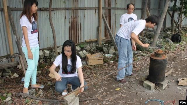 Para mahasiswa Universitas Kristen Petra Surabaya mengolah sampah plastik menjadi minyak tanah. (VOA/Petrus Riski)