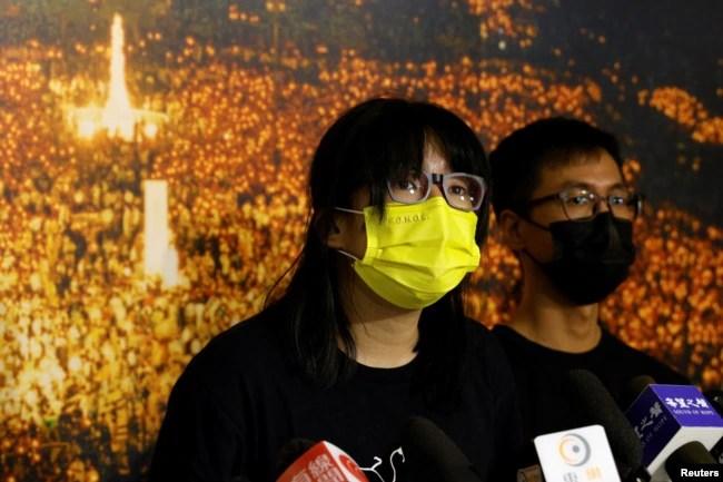 香港支联会副主席邹幸彤2021 年 9 月 5 日出席記者会,背景是支联会在维多利亚公园组织的纪念六四事件烛光会历史照片。