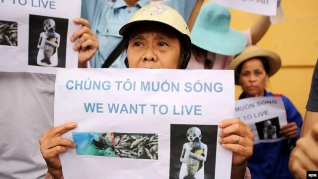 """Người dân xuống đường biểu tình phản đối vụ cá chết với biểu ngữ """"Chúng tôi muốn sống"""" tại Hà Nội, ngày 1/5/2016."""