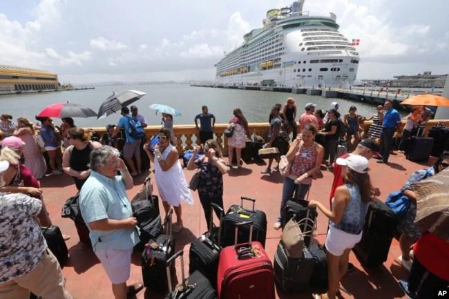 Miles de puertorriqueños hacen fila para tratar de abordar un crucero que los saque de Puerto Rico.
