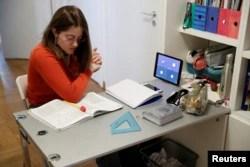 Lavinia Tomassini, 14, menggunakan iPad-nya untuk mengikuti kelas bahasa Prancis online. (Foto: Reuters)