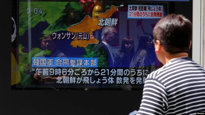 Một người đàn ông xem một bản tin trên tivi về việc Triều Tiên bắn tên lửa từ bờ biển phía đông của mình, trên đường phố ở Tokyo, Nhật Bản, ngày 4 tháng 5, 2019.
