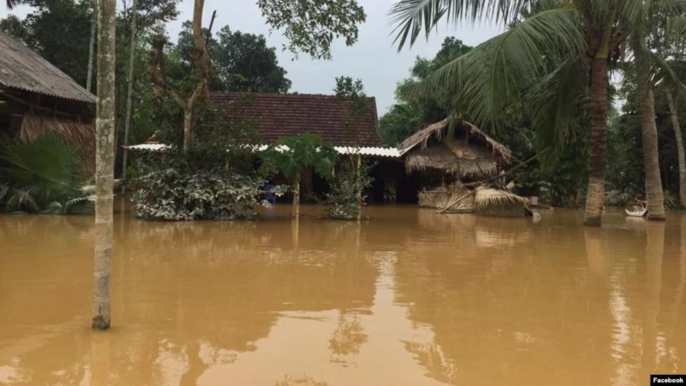 Sau khi đoàn cứu trợ của anh vừa rời khỏi nhà dân, cán bộ địa phương đã tới tịch thu 4/5 khoản tiền hỗ trợ từ tay các hộ nghèo. (Ảnh: Facebook Thảo Teresa)