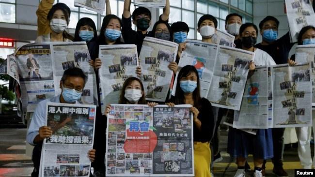 香港苹果日报员工在其香港的总部展示最后一期苹果日报。(2021年6月24日)