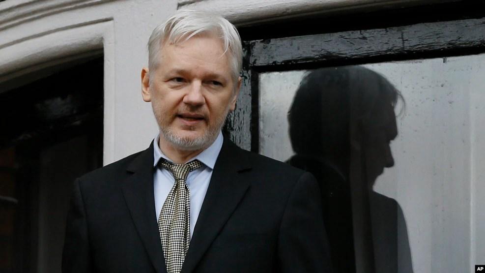 Ông Julian Assange là một người Australia, 45 tuổi, đã bị cáo buộc hiếp dâm và quấy rối tình dục ở Thụy Điển vào năm 2010.