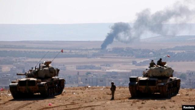 Xe tăng quân đội Thổ Nhĩ Kỳ ở phía bên kia biên giới Syria, ngày 8/10/2014.