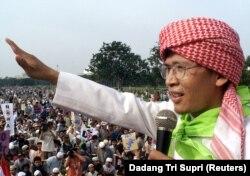 Salah satu dai kondang Indonesia, Abdullah Gymnastiar atau yang dikenal dengan panggilan Aa Gym, 9 Maret 2003, sebagai ilustrasi. (Foto: REUTERS/Dadang Tri Supri)
