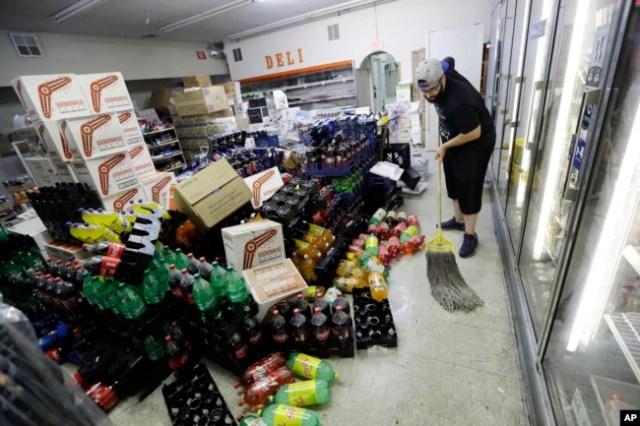 Victor Abdullatif limpia el mercado Eastridge, la tienda de su familia, el sábado 6 de julio de 2019, en Ridgecrest, California.