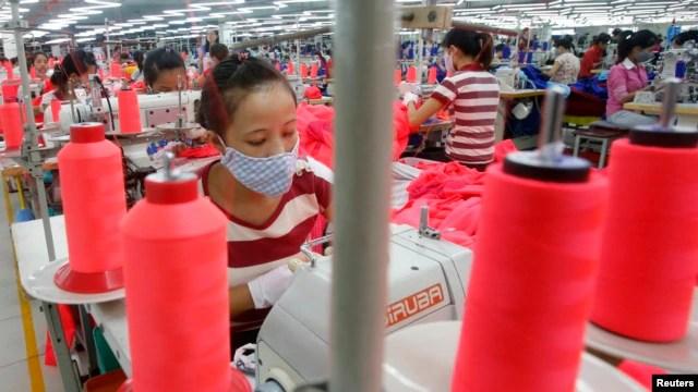 Công nhân Việt Nam làm việc tại một nhà máy may mặc ở ngoại ô Hà Nội.