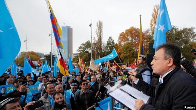 资料照:世维大会主席多里坤·艾沙在日内瓦联合国人权理事会前对参加抗议中国政策集会的维吾尔人讲话。 (2018年11月6日)
