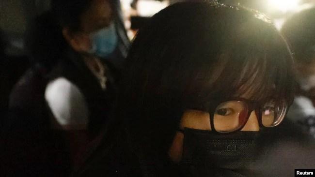 香港支联会副主席邹幸彤9月8日清晨被香港警方国安处人员拘捕后带上警车离开 (路透社照片)