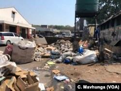In Simbabwe kann Müll tagelang oder wochenlang verschleppt werden, ohne dass er eingesammelt wird. Der Experte ist einer der Faktoren für die Ausbreitung der Cholera in Harare, 16. September 2018.