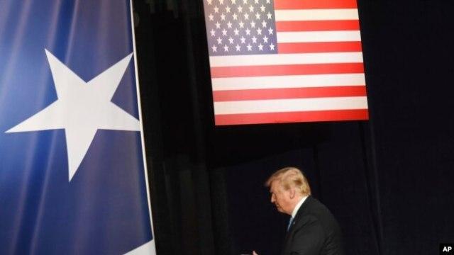 """El presidente Donald Trump sale del escenario después de sus comentarios en una cena de caridad, Salute to Service, en conjunto con el Greenbrier Classic del PGA Tour ,en """"The Greenbrier """" en White Sulphur Springs, W.Va., martes, julio 3, 2018."""