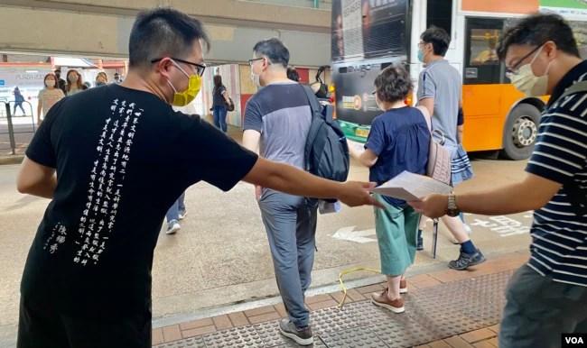 社民连主席黄浩铭7月1日下午在鹅颈桥底摆街站,向市民发特刊回顾2003年开始历年7-1游行的历史(美国之音/汤惠芸)