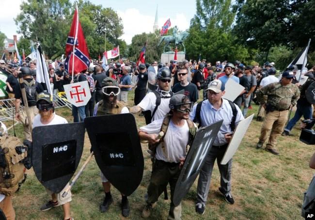 Manifestantes de ultra-derecha se enfrentan a contra-manifestantes en la entrada del Parque Lee en Charlottesville, Va., 12 de agosto de 2017.
