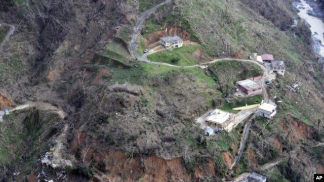 Rumah-rumah di tepi jalan yang rusak akibat tersapu badai di Utuado, Puerto Riko, 3 Oktober 2017. (Foto: dok).