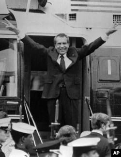 Görevinden istifa eden eski Başkan Richard Nixon, helikopterle Beyaz Saray'dan ayrılırken (9 Ağustos 1974)