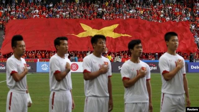 Các cầu thủ Việt Nam hát quốc ca trước mỗi trận đấu ở SEAGAMES.