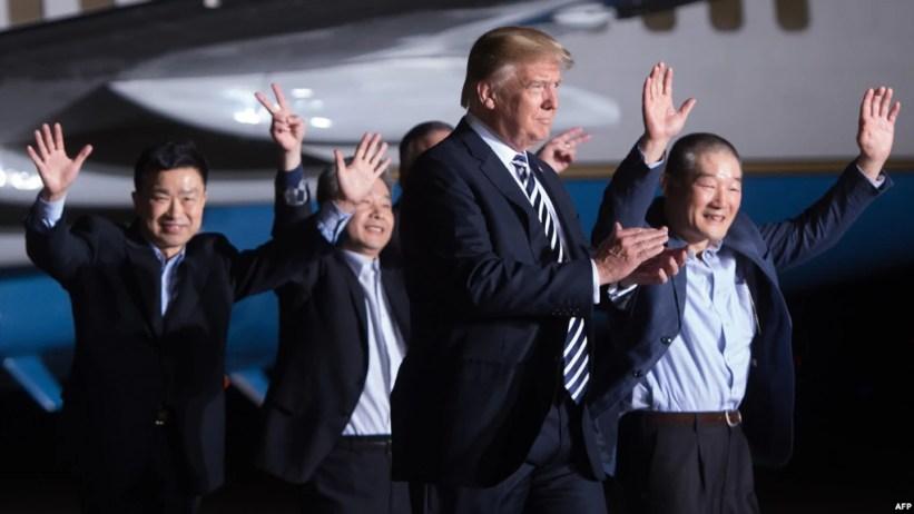 Tổng thống Donald Trump và 3 công Mỹ Tony Kim (trái), Kim Hak-song (thứ hai bên trái) và Kim Dong-chul (phải) tại căn cứ Andrews bang Maryland ngày 10/5/2018.