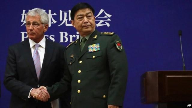 Bộ trưởng Quốc phòng Mỹ Chuck Hagel và Bộ trưởng Quốc phòng Trung Quốc Thường Vạn Toàn bắt tay vào cuối cuộc họp báo chung tại trụ sở Bộ Quốc phòng Trung Quốc ở Bắc Kinh, ngày 8/4/2014.