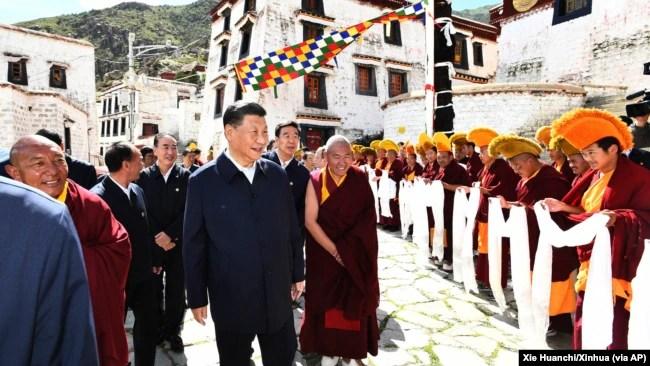 中国领导人习近平参观位于西藏拉萨西郊的哲蚌寺。 (2021年7月22日)