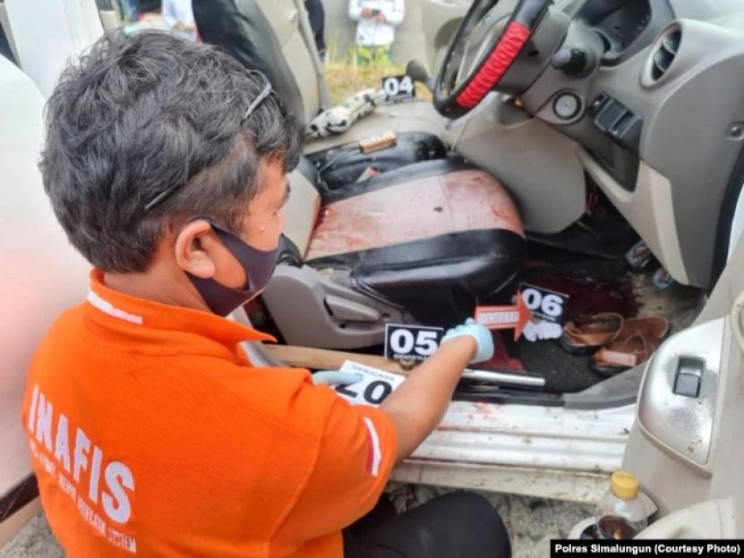 Polisi saat melakukan olah tempat kejadian perkara tewasnya seorang pemimpin redaksi media daring lokal di Kabupaten Simalungun, Sumatera Utara, Sabtu, 19 Juni 2021. (Foto: Polres Simalungun)