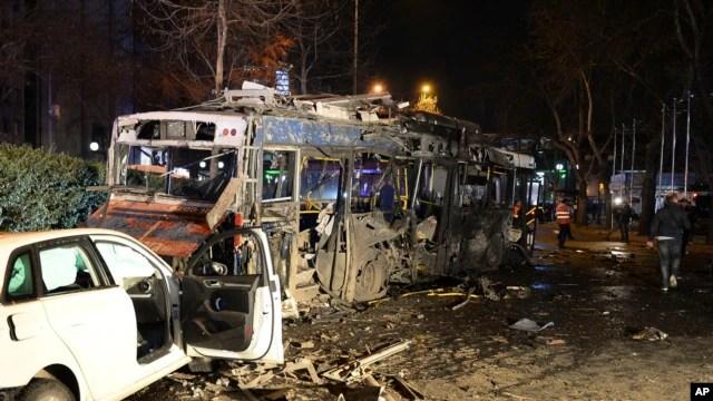 Des véhicules calcinés après l'attentat d'Ankara, dimanche 13 mars 2016. (Selahattin Sonmez/Hurriyet Daily via AP)