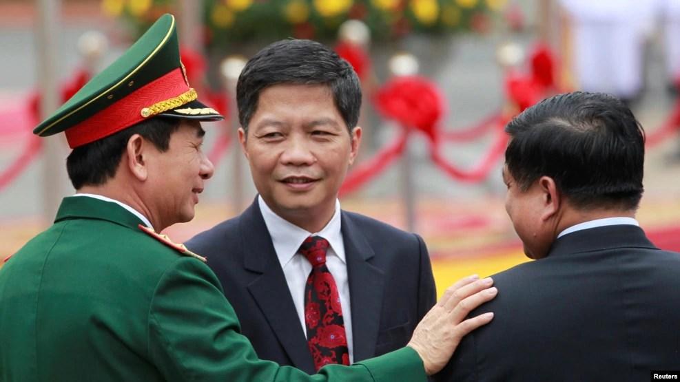 Bộ trưởng Bộ Công Thương Trần Tuấn Anh (giữa) tại lễ đón Thủ tướng Lào tại Phủ Chủ tịch ở Hà Nội, ngày 15/52016. (Ảnh minh họa)