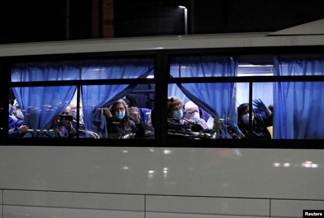 Autobuses que transportan a los pasajeros estadounidenses del crucero Diamond Princess, donde decenas de personas dieron positivo por coronavirus, salen en la Terminal de Cruceros Daikoku Pier en Yokohama, al sur de Tokio, Japón, el 17 de febrero de 2020. REUTERS / Issei Kato.