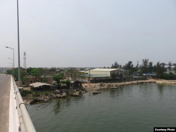 Khu văn phòng & nhà ở công nhân (bên trái) và khu nhà xưởng (bên phải) nhìn từ cầu Cửa Việt.