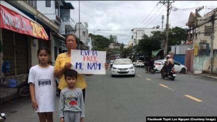 Hai con nhỏ và mẹ của Như Quỳnh. Facebook Nguyễn Thị Tuyết Lan.