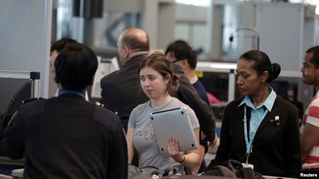 Pemeriksaan TSA di Bandara JFK, New York.