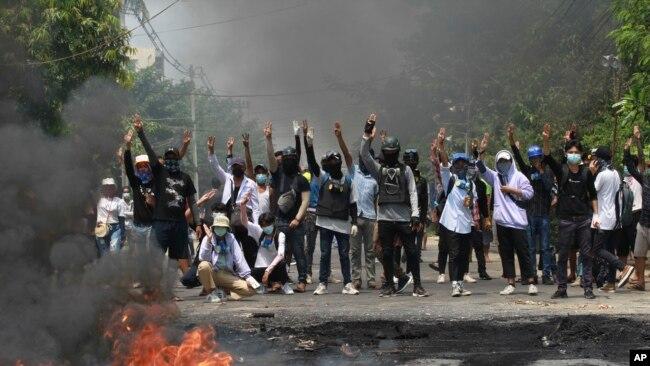 缅甸民众3月27日在仰光继续举行抗议。